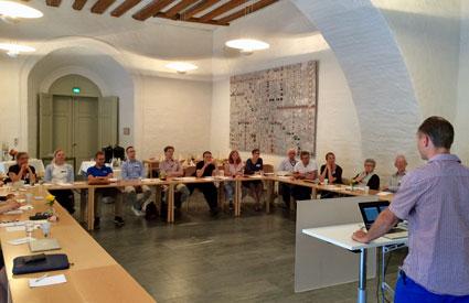 Fredrik Karlsson diskuterar sarkom med kursdeltagarna i Vasasalen med anor från år 1530.