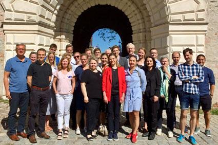 SÖK-kursens deltagare och delar av kursfakulteten vid avslutningen på Uppsala slott 25 maj.