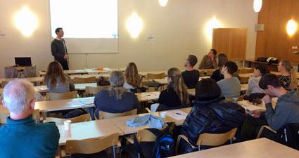 Niclas Abrahamsson, ansvarig för Överviktsenheten i Uppsala, diskuterar medicinsk behandling vid viktåteruppgång med Richard Marsk och kursdeltagarna. Bild: M Sundbom